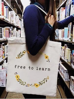 The Tote Project Handtasche mit Magnetverschluss -  free to learn